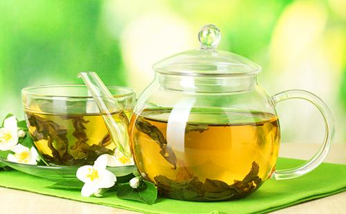 Настой из листьев в чайничке из жаропрочного стекла