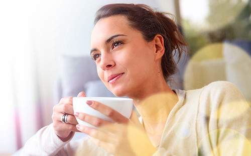 Умиротворённая женщина с чашкой отвара