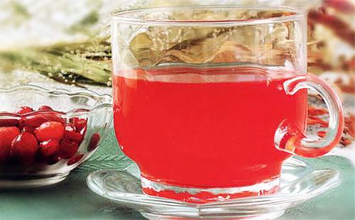 Рубиновый настой в прозрачной чашке
