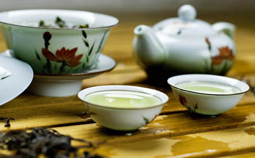 Травяной чай в красивом чайном наборе