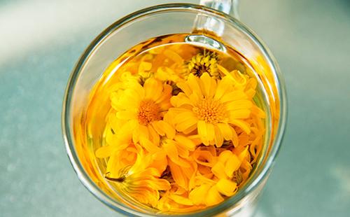 Жёлтые цветы в стакане с водой, будто название французской повести