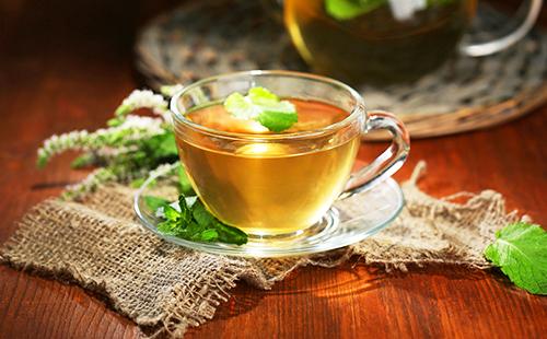 Чашка с травяным чаем на тканой салфетке