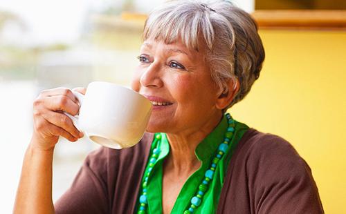 Травяной чай особенно полезен пожилым дамам
