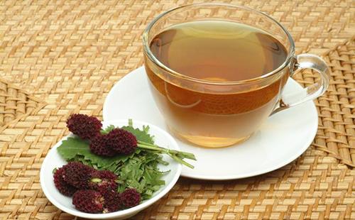 Чашка чаю и сухие цветы черноголовки