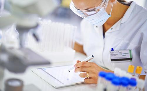 Лаборантка сверяет результаты исследований
