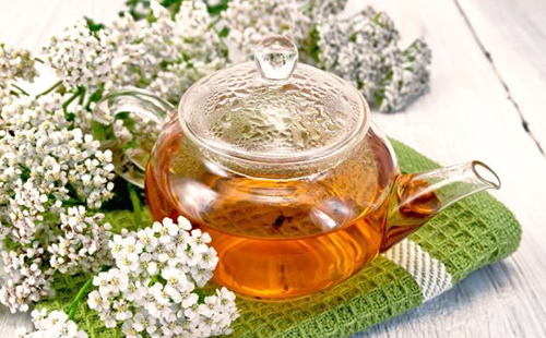 Запотевший чайник с травяным настоем