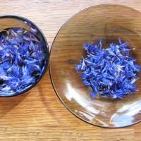 Сухие синие цветы заливаем кипятком