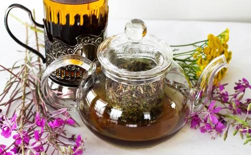 Ароматный горячий чай в прозрачном чайнике