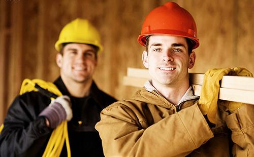 Энергичные рабочие в разноцветных касках