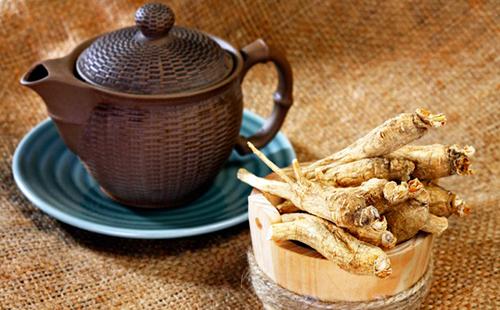 Старинный чайник и сушёный женьшень для заварки