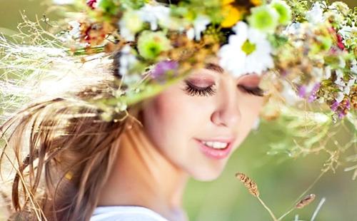 Цветы и травы помогут девичьим волосам быть красивыми