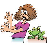 Забавная лягушка пугает женщину бородавками