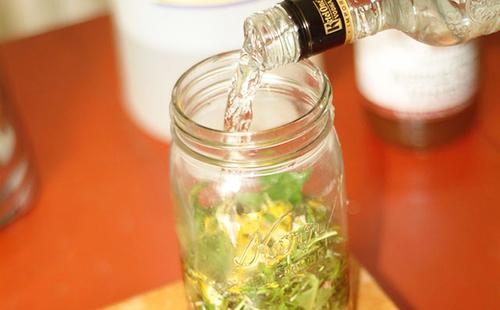 Измельчённую траву заливают водкой