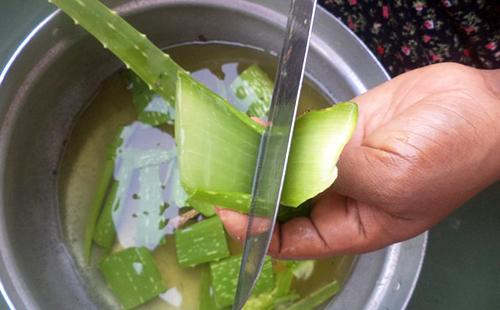 Острым ножом листья нарезают в кастрюльку с водой