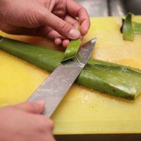 Лист режут острым ножом