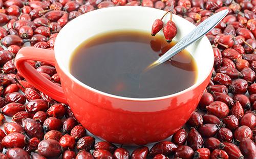 Чашка с ложкой среди россыпи ягод