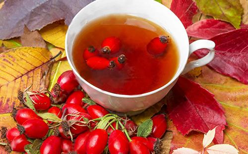 Крепкий витаминный чай в белой чашке