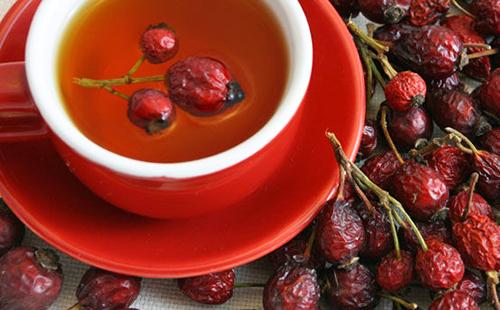Красная чашка с отваром из сушёных плодов