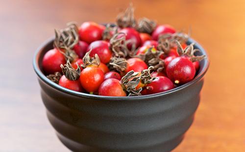 Плоды шиповника в серой чаше