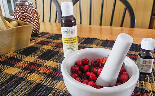 Белая ступка с красными ягодами