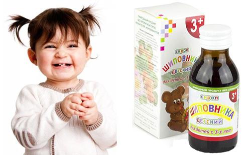 Девчушка страшно рада, что ей купили детский сироп