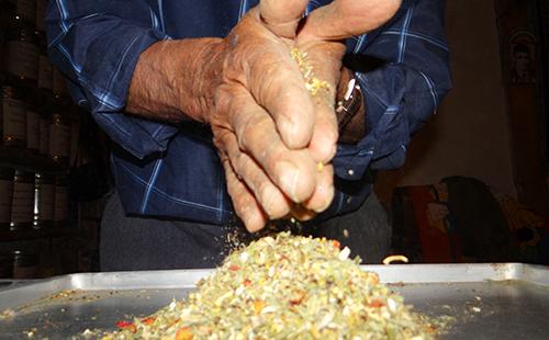 Натруженные руки перетирают сухой варгун