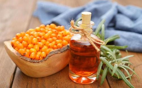 Плошка оранжевых ягод рядом с пузырьком