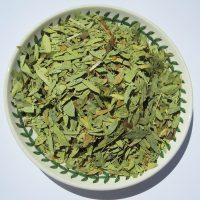 Сушёный и измельчённый лист на блюде