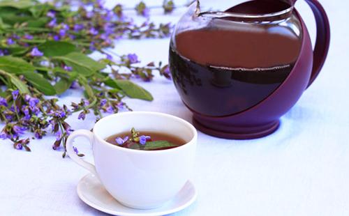 Чай из медовки в белой чашке