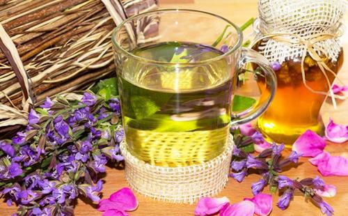 Настой сиреневых цветов в стакане