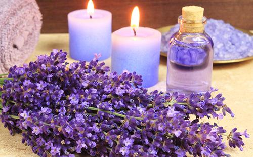 Душистая лавенда, две свечи и флакон масла