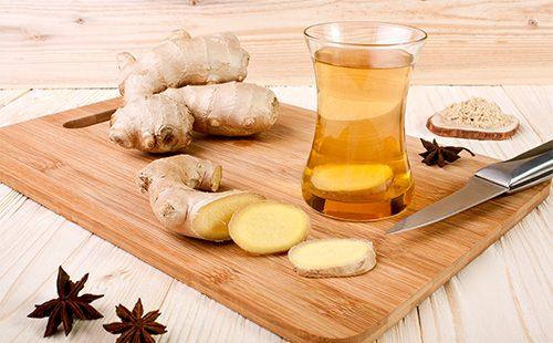 Нарезанный кусочками имбирь и чай