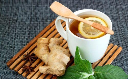 Чай с имбирем в кружке