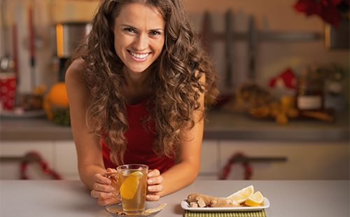 Красивая девушка пьет имбирный чай