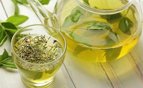 Травяной чай в кружке