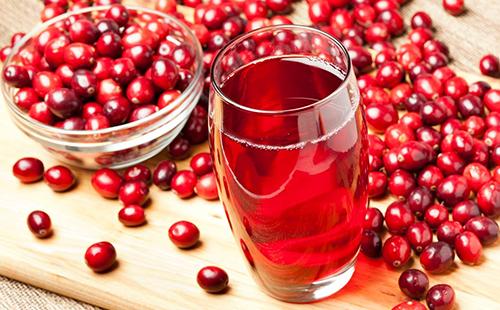 Стакан напитка из алых ягод