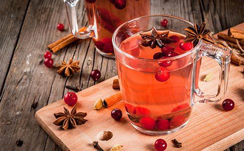 Чай с ягодами и корицей