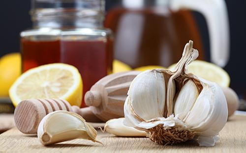 Чеснок, лимон и мед на столе
