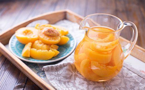 компоти из персиков в графине