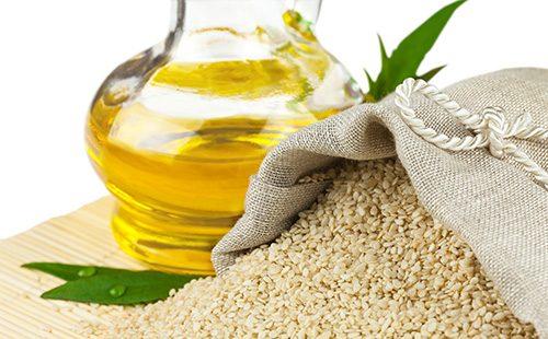 Семена кунжута и масло в графине