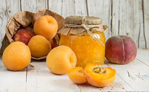 Персики и варенье в банке