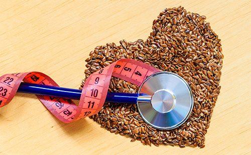 Семена льна выложены в форме сердца