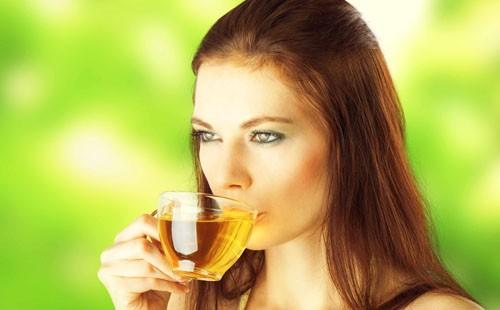 Девушка пьет настой из трав