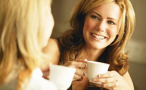 Счастливая женщина с чашкой травяного чая