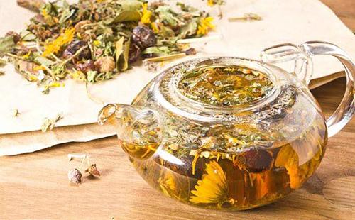 Настой из цветков арники в чайнике из жаропрочного стекла