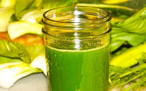 Свежий и очень зелёный сок артишока