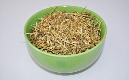 Сушёный золототысячник в зелёной миске