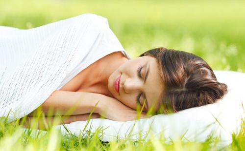 На подушке с травами сон уносит прочь