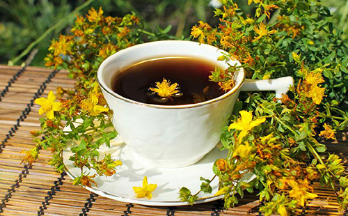 Почти чёрный травяной чай в белой чашке