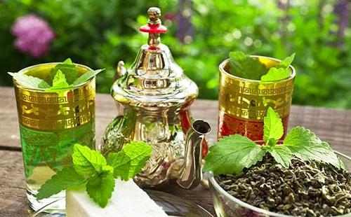 Мятный чай в марокканском наборе